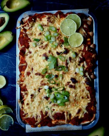 las enchiladas vistas de arriba con aguacate, lima, cilantro, cebollín